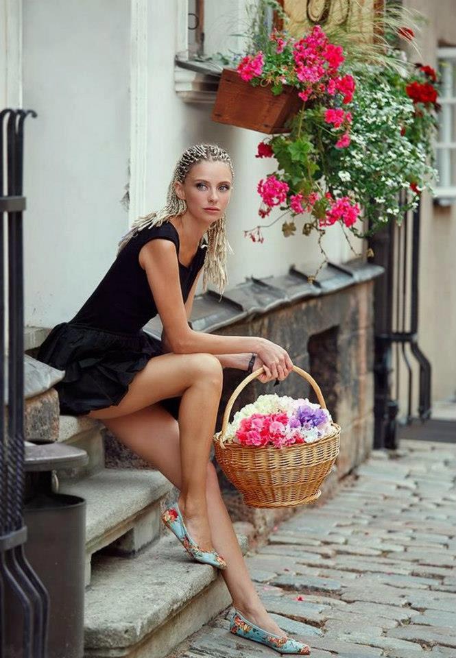 Девушка с корзинкой цветов